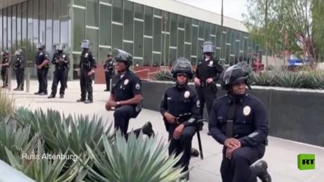 بالفيديو.. أفراد شرطة لوس أنجلوس يقفون على ركبهم