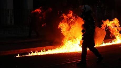 اليونان.. متظاهرون يلقون زجاجات حارقة باتجاه السفارة الأمريكية في أثينا(فيديو)