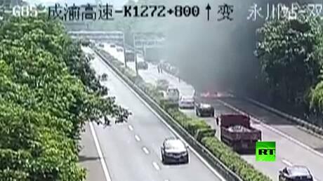 حادث مروري خطير.. سيارة تنقلب وتحترق والركاب ينجون بأعجوبة