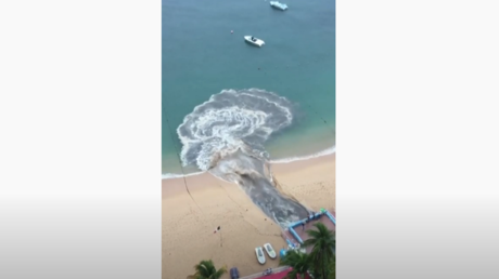 مياه صرف صحي سوداء تغرق شاطئ أكابولكو الشهير في المكسيك (فيديو)