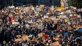 عشرات آلاف الأستراليين ينضمون إلى حملة الاحتجاجات العالمية ضد العنصرية