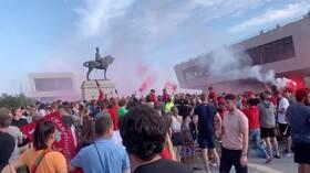 جماهير ليفربول تشعل حريقا في مبني تاريخي خلال احتفالها بلقب الدوري (فيديو)