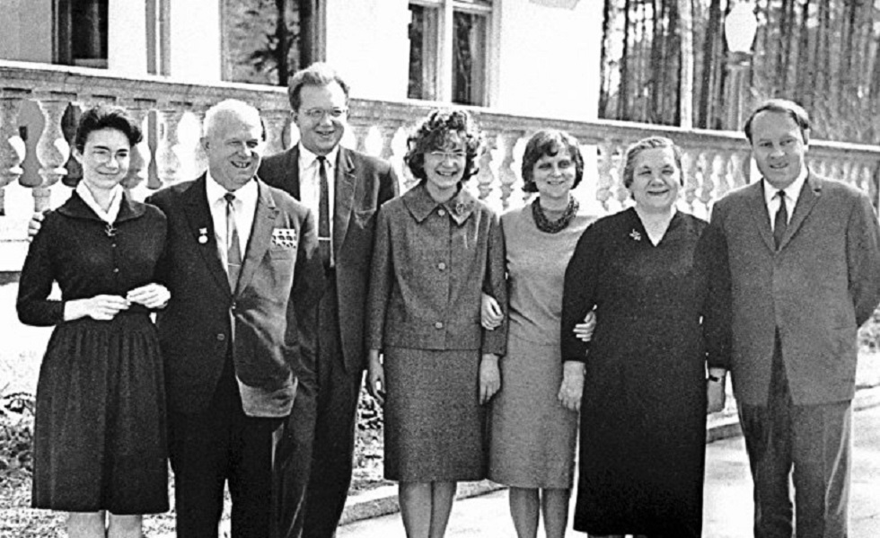 عائلة الزعيم السوفيتيّ نيكيتا خروتشوف أثناء توليه قيادة الحزب الشيوعي والدولة