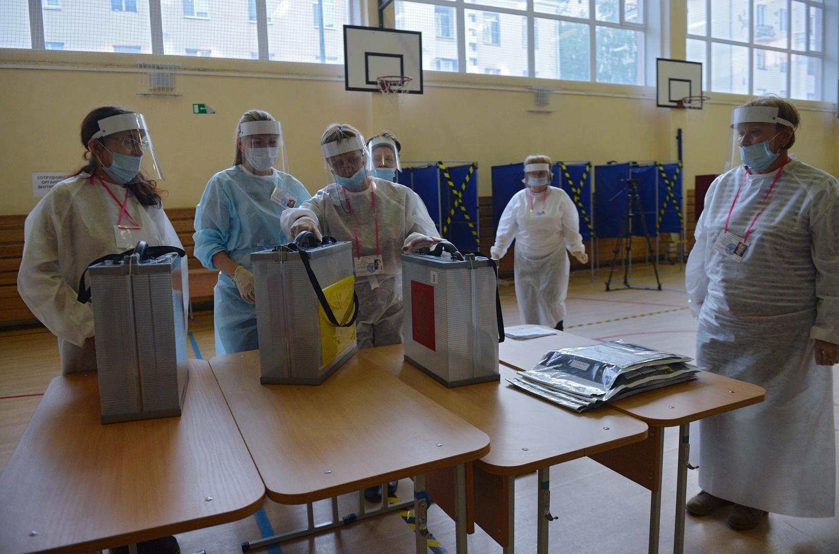 أعضاء في لجنة الانتخابات المركزية الروسية يفرزون الأصوات في استفتاء على التعديلات الدستورية