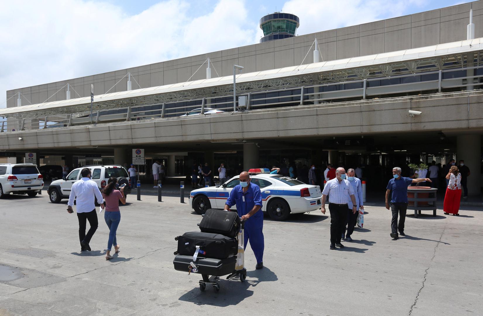 أول فنانة عربية تصل إلى مطار بيروت بعد فك الحظر