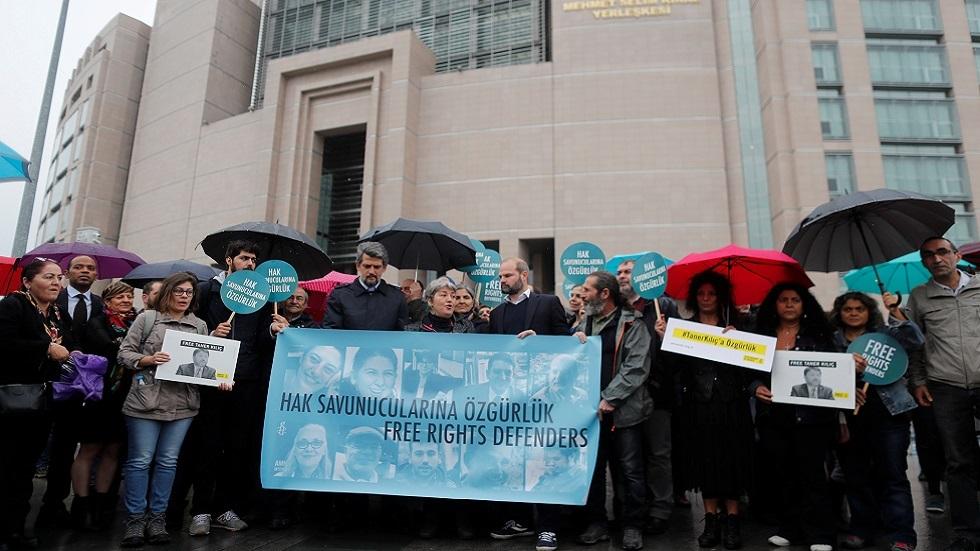 احتجاج أمام قصر العدالة في اسطنبول للمطالبة بالإقراج عن المدافيعن عن حقوق الإنسان الـ11 المعتقلين بتهمة الإرهاب (صورة أرشيفية)