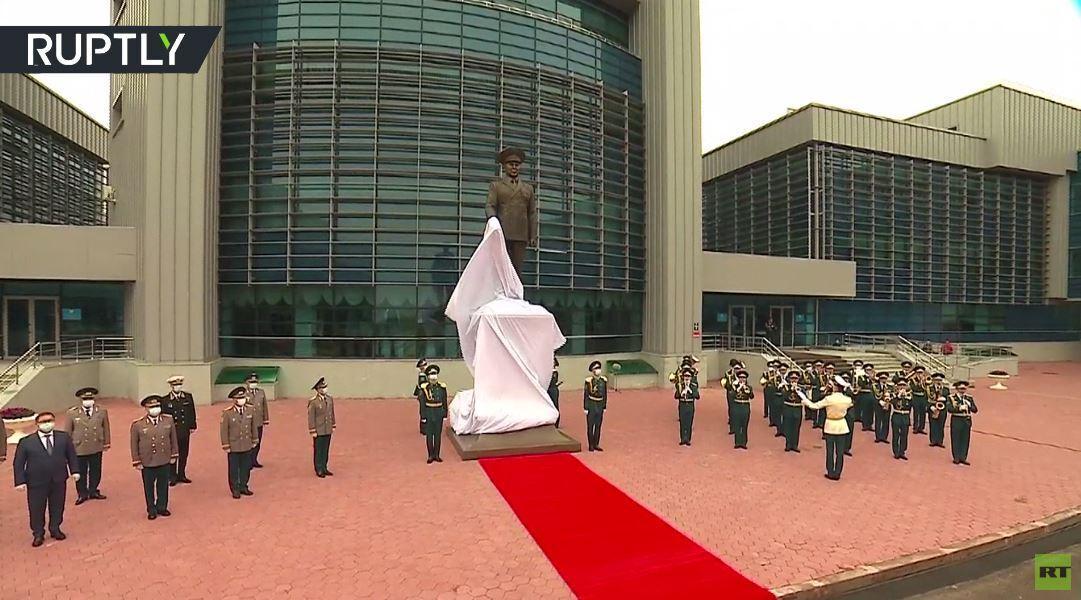 كازاخستان.. تدشين تمثال لأول رئيس للبلاد