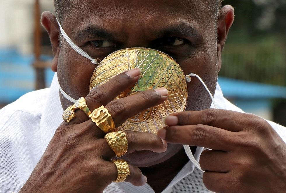 رجل هندي يشتري كمامة ذهبية للوقاية من كورونا (فيديو)