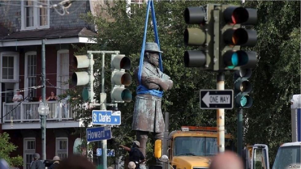 صورة أرشيفية لإزالة تمثال في الولايات المتحدة