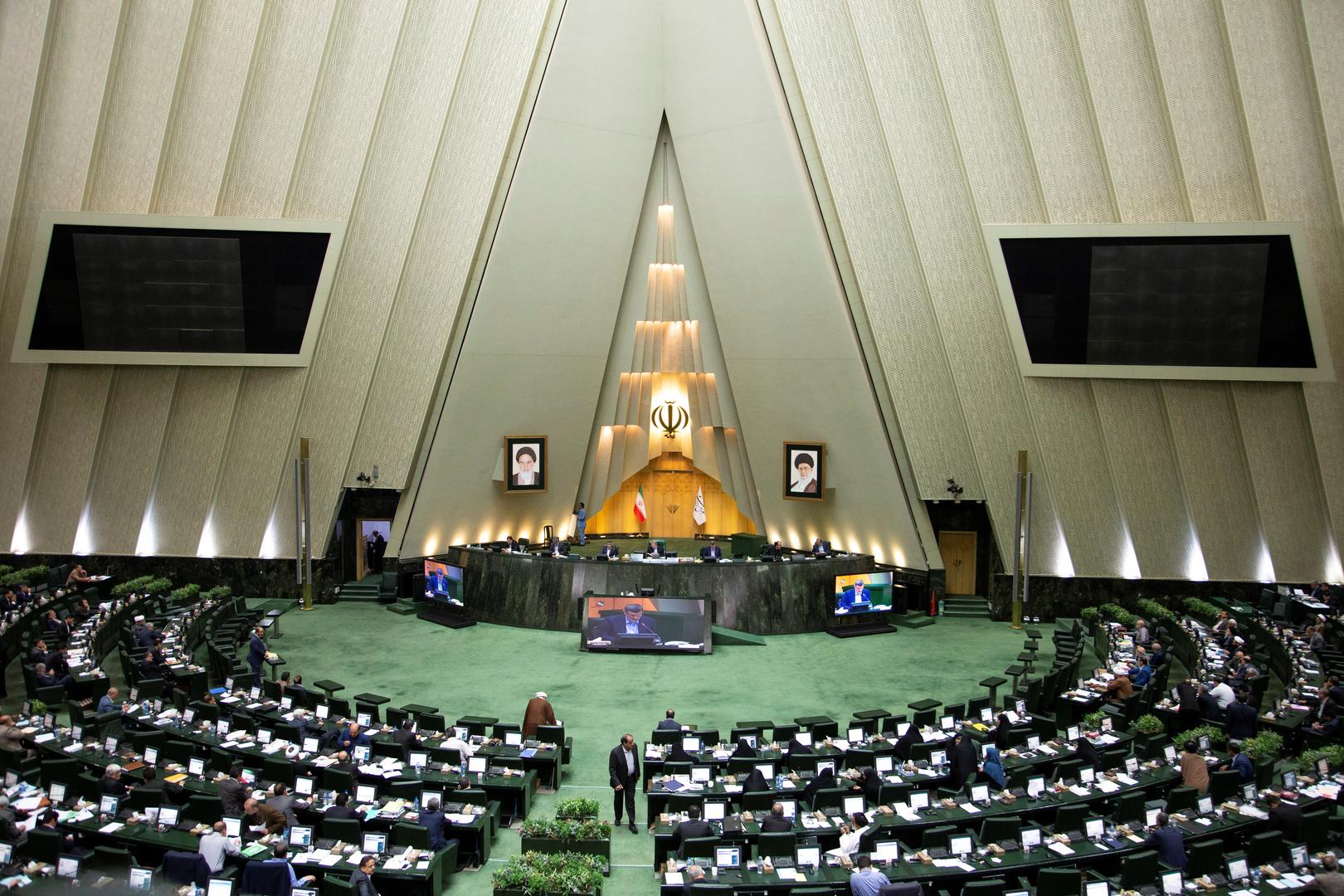 أكثر من 100 نائب في البرلمان يوقعون على مشروع لمساءلة الرئيس الإيراني