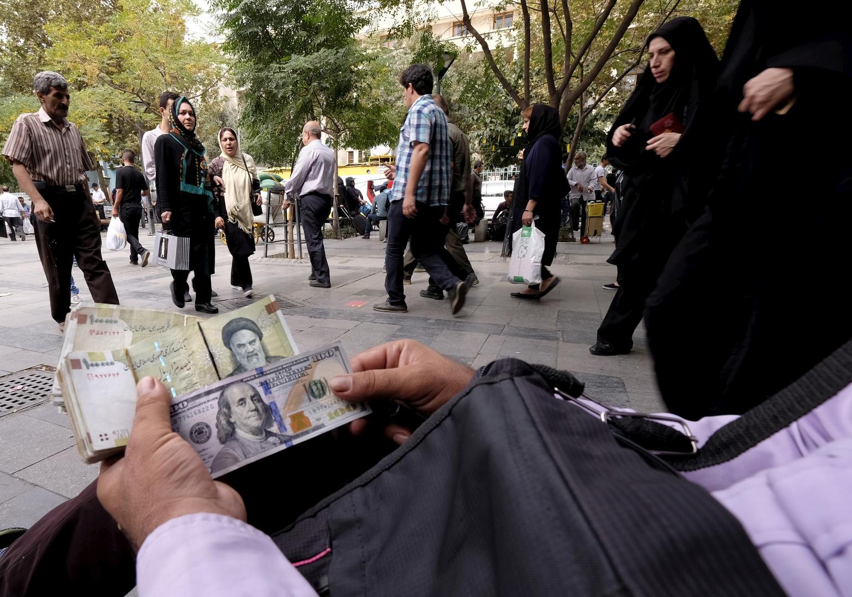 الريال الإيراني يواصل هبوطه ويسجل انهيارا قياسيا جديدا