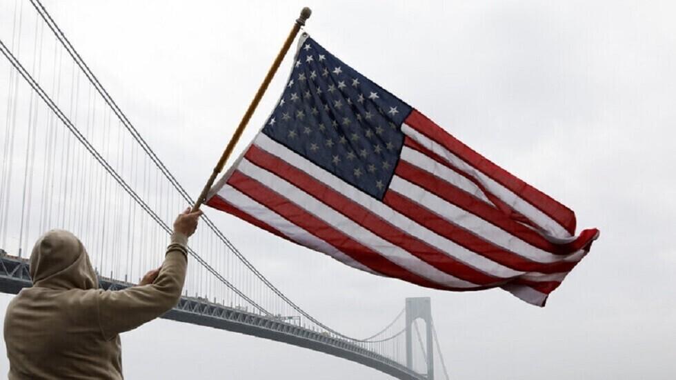 رجل يحمل علم الولايات المتحدة - أرشيف