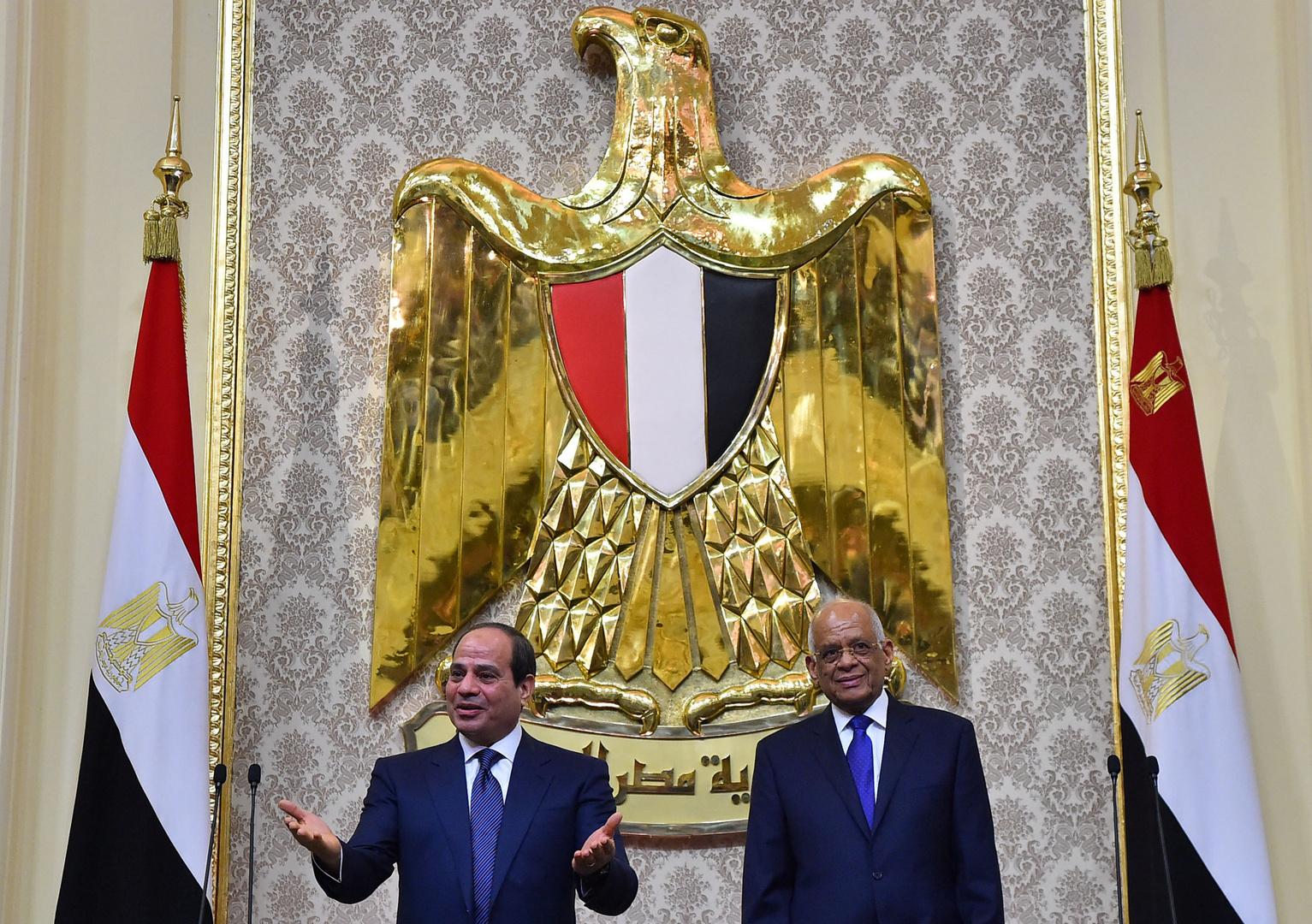 رئيس البرلمان المصري مع الرئيس المصري داخل البرلمان