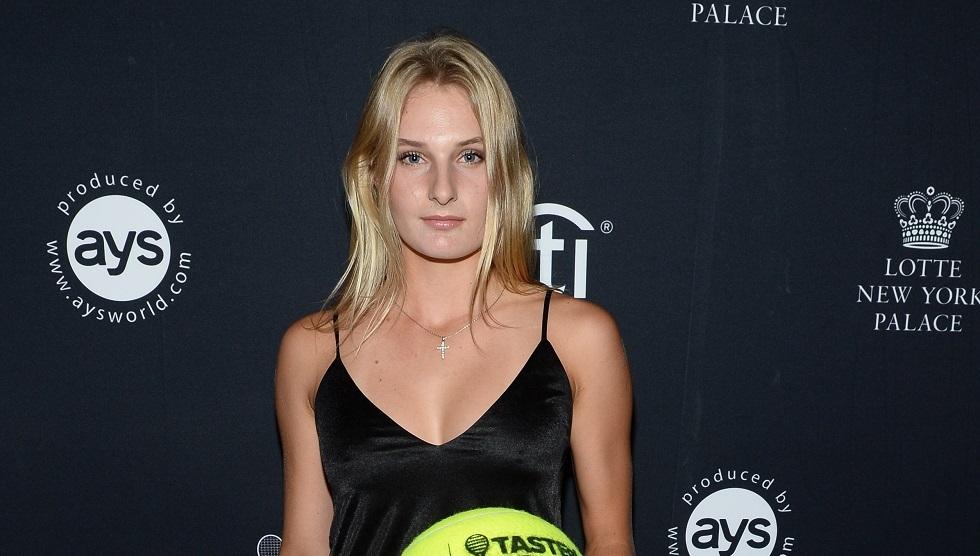 لاعبة تنس شقراء تثير الجدل بصباغة نصف وجهها باللون الأسود (صور)