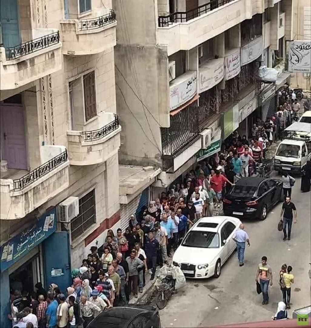 طابور للحصول على التبغ في مدينة اللاذقية السورية