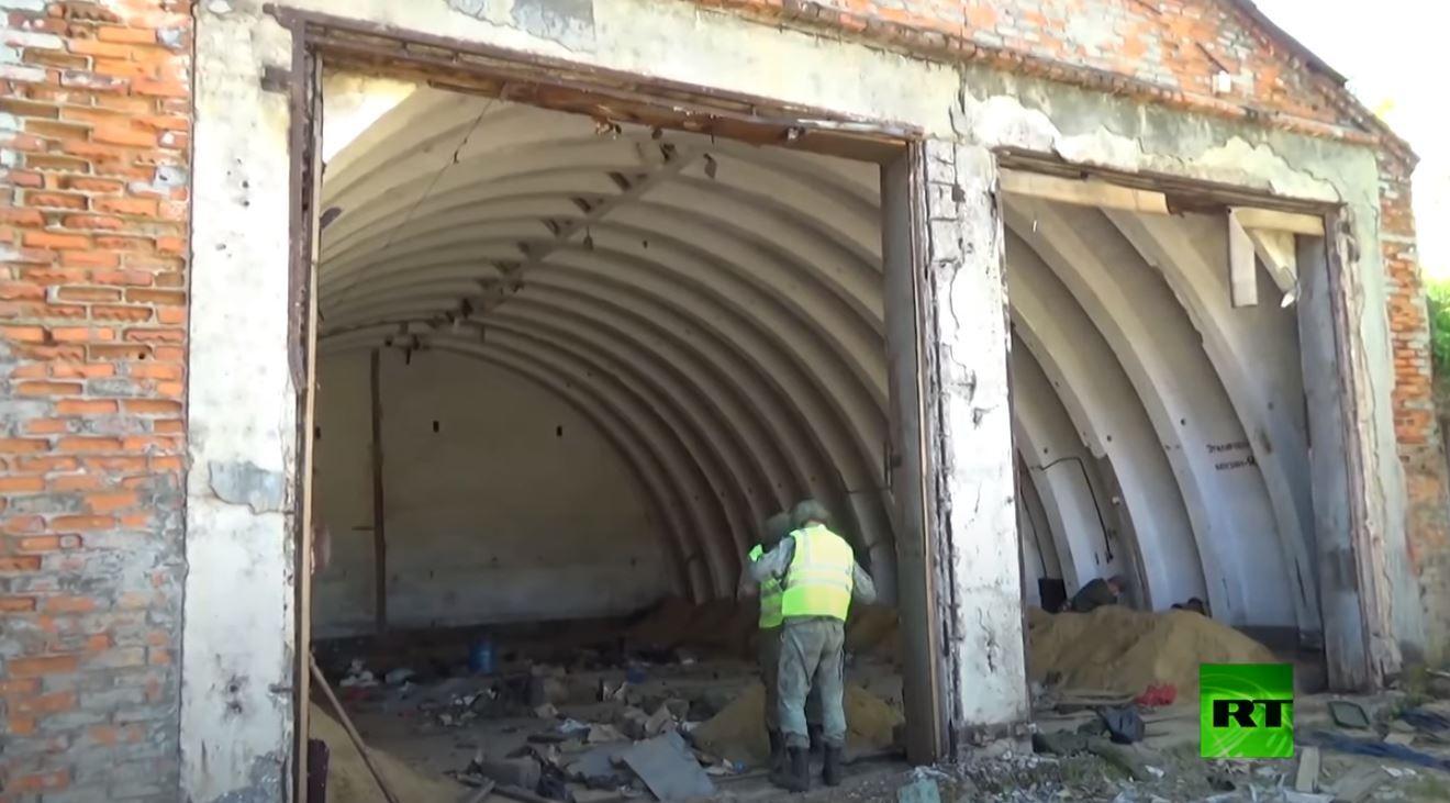 الجيش الروسي يزيل أبنية قديمة على طريقته