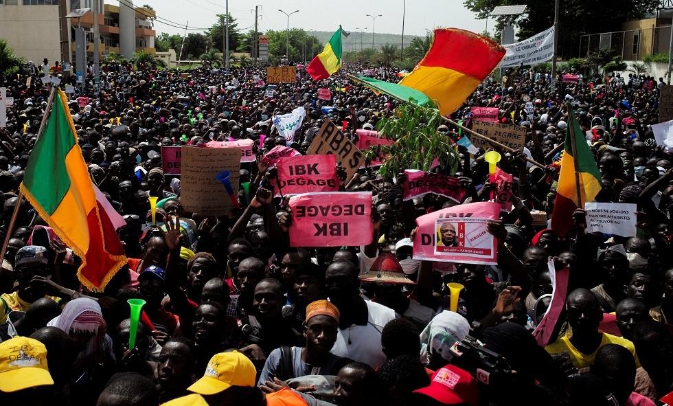توقف بث التلفزيون الرسمي في مالي بعد اقتحام مئات المتظاهرين لمقره (صور + فيديو)