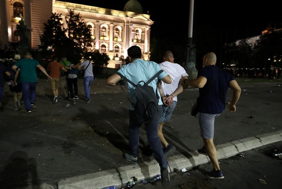 صربيا.. محتجون يقتحمون مبنى البرلمان في بلغراد