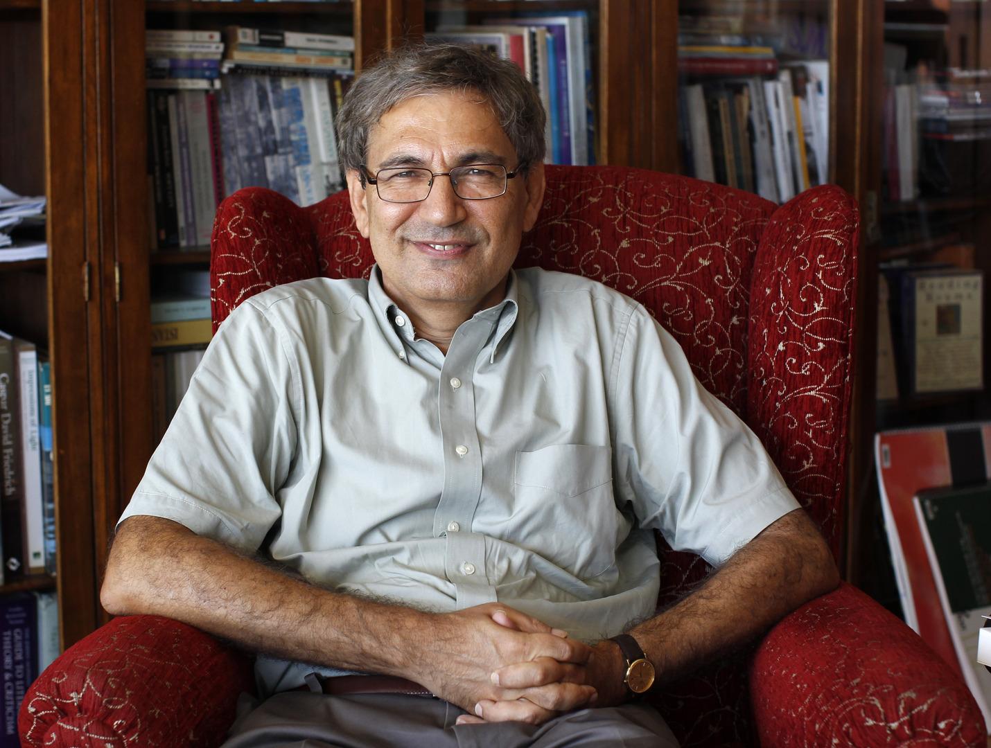 أورهان باموك الروائي التركي الحاصل على نوبل للآداب