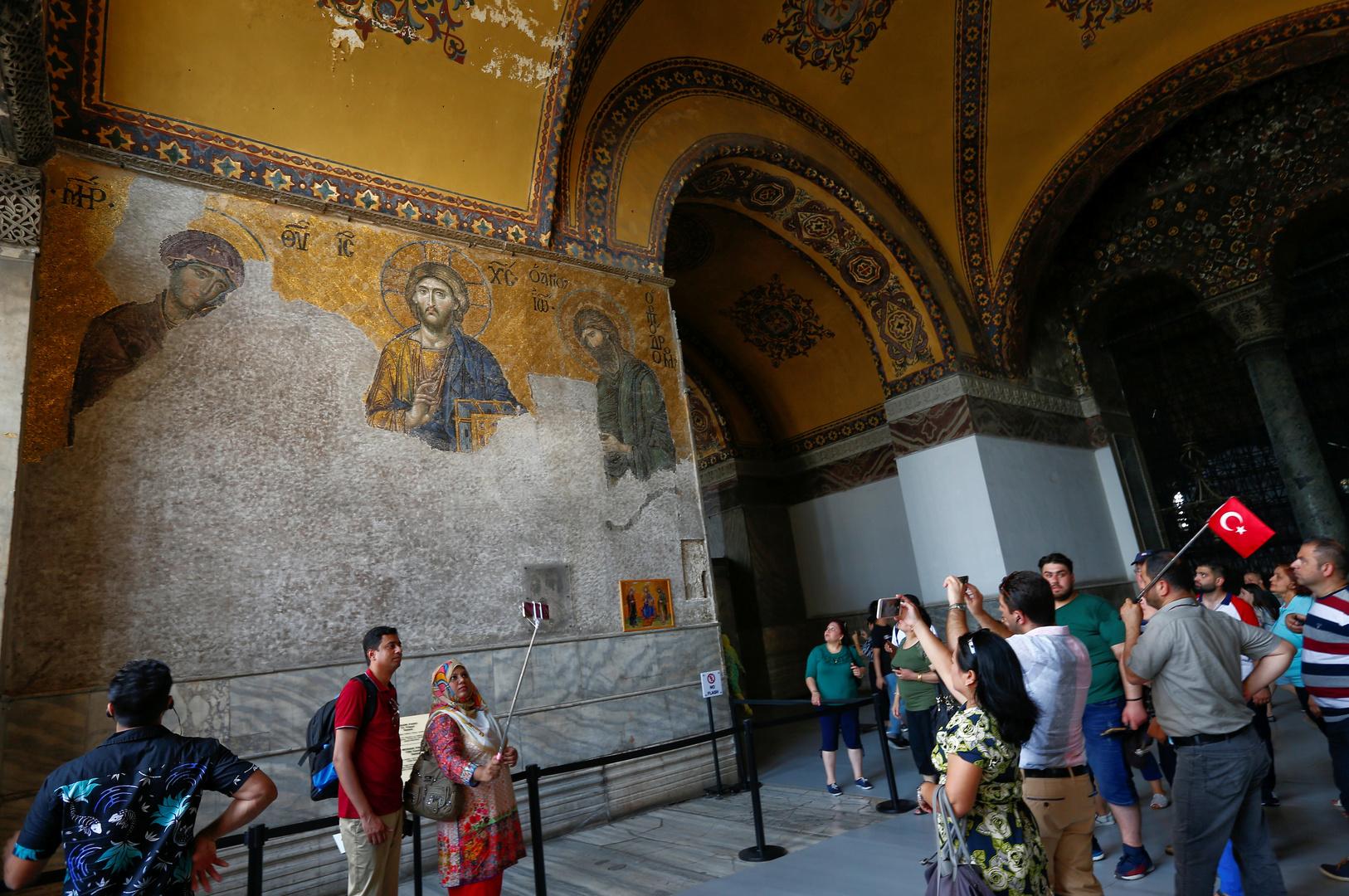 أيقونات مسيحية داخل معلم آيا صوفيا التاريخي
