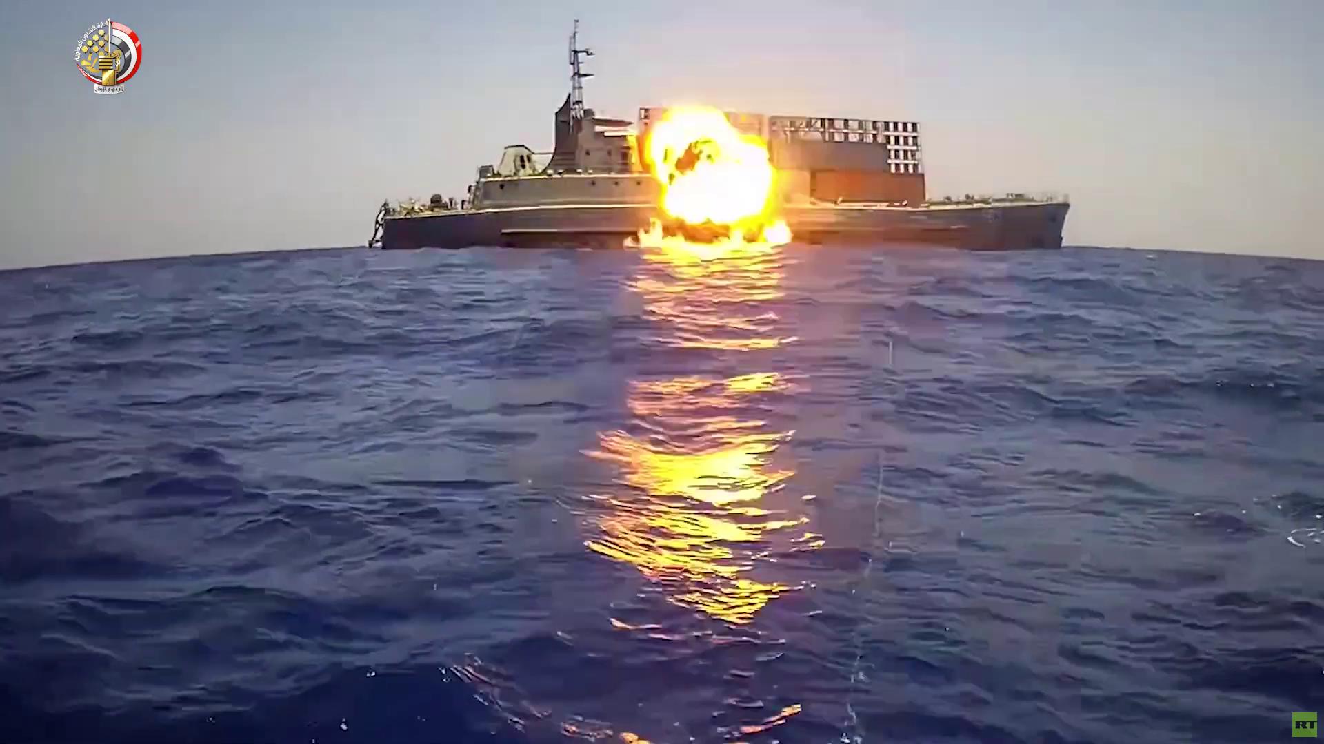 فيديو يكشف لحظة ضرب وإغراق الجيش المصري لسفينة بصاروخ
