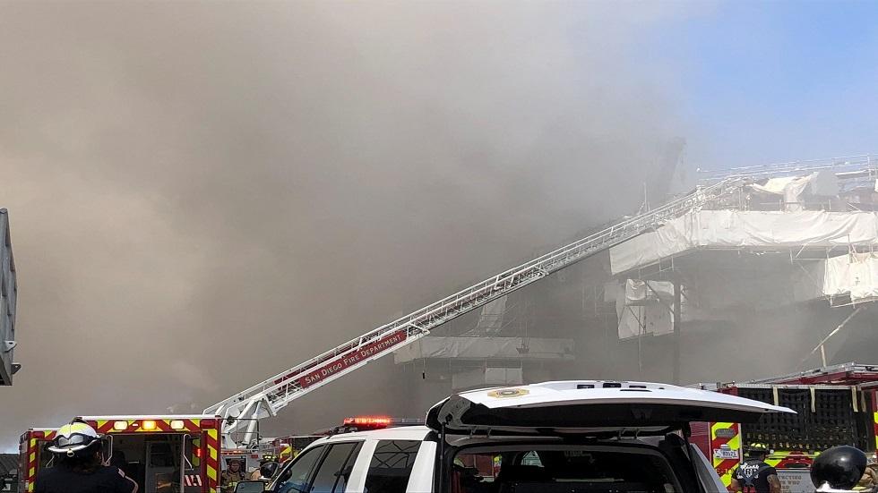 نشوب حريق كبير بسفينة تابعة للبحرية الأمريكية