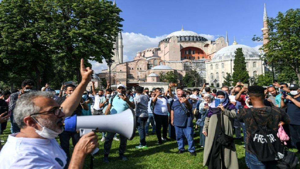 هتافات مؤيدة للحكومة أمام كاتدرائية أيا صوفيا السابقة في اسطنبول غداة إعلان تركيا تحويلها إلى مسجد