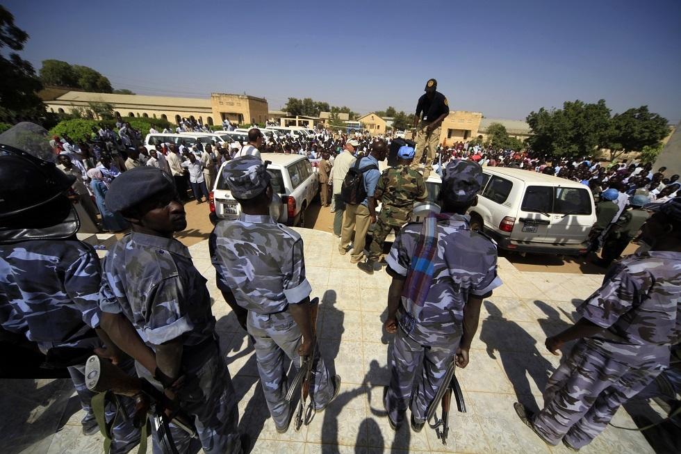 رجال أمن سودانيون يراقبون احتجاجات في دارفور -أرشيف-