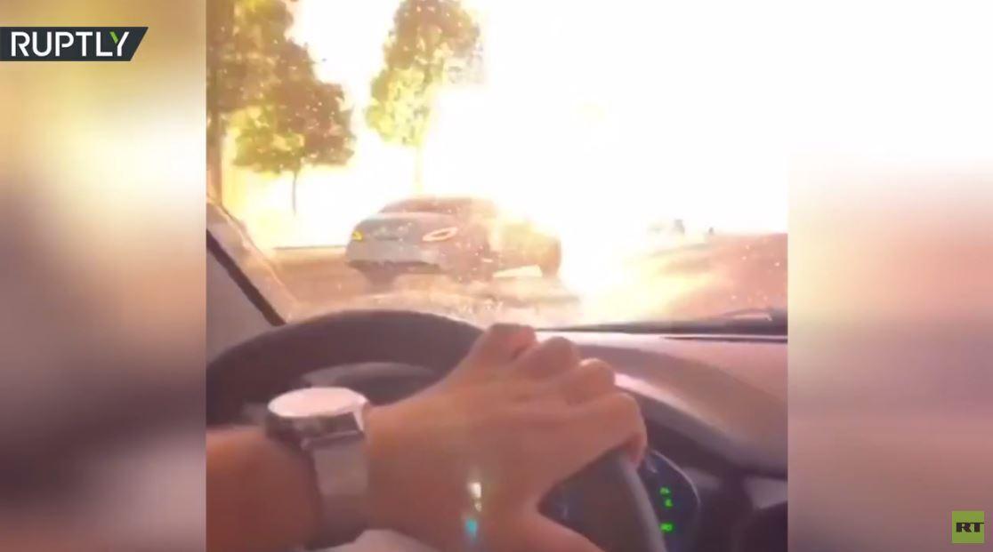 بالفيديو.. صاعقة تضرب أسلاكا كهربائية في مدينة روسية