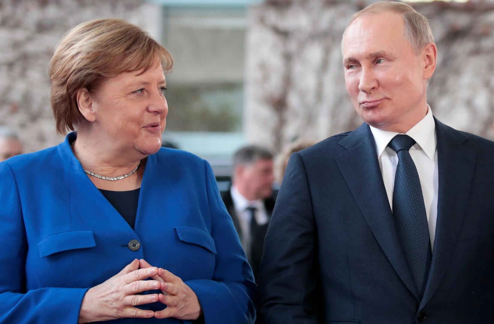 بوتين وميركل: لا سبيل للتسوية في ليبيا إلا بالحوار والأساليب الدبلوماسية