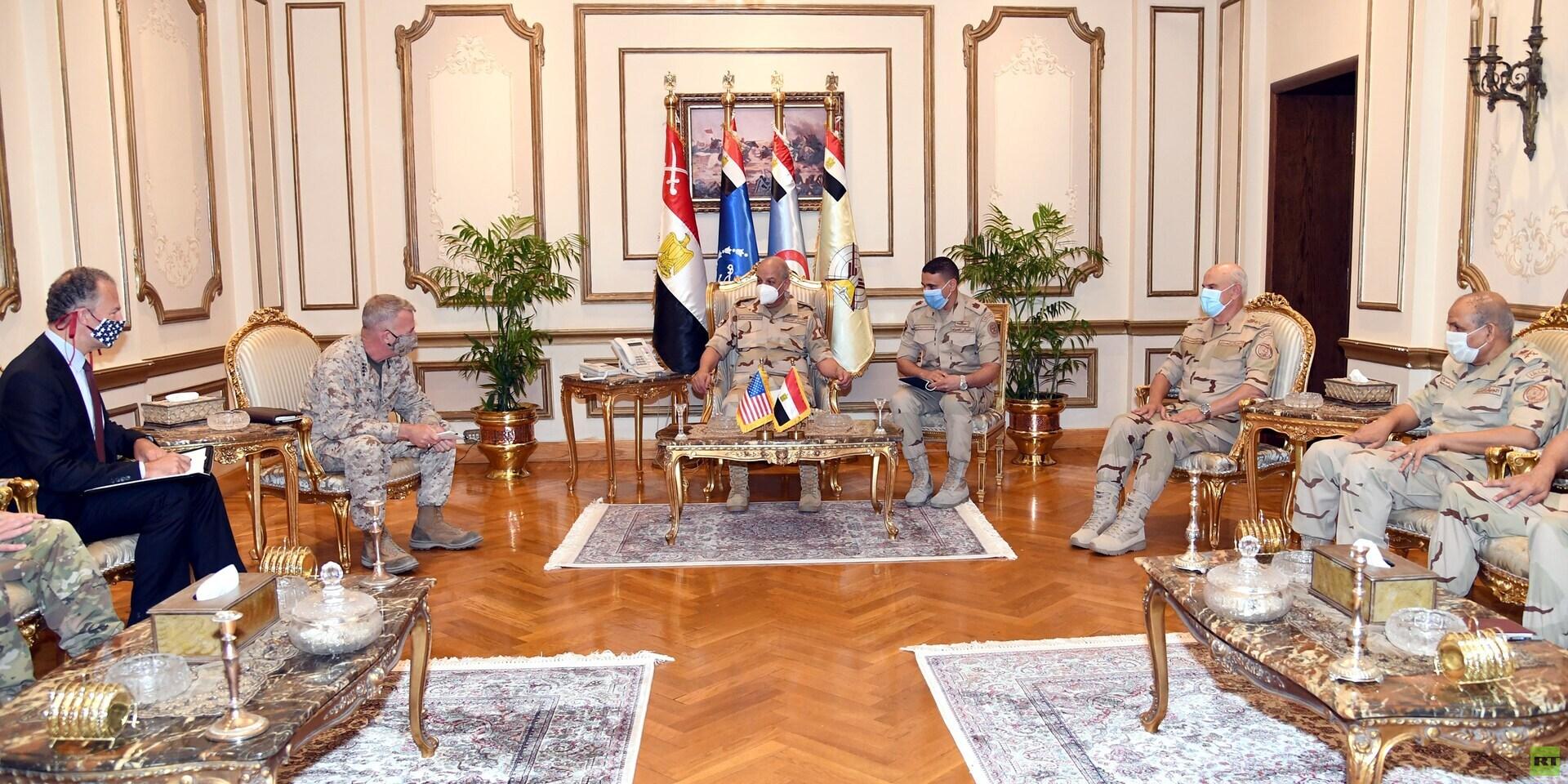 وزير الدفاع المصري يناقش مع قائد القيادة المركزية الأمريكية تطورات الأوضاع في المنطقة