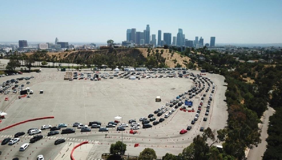 أشخاص بسياراتهم ينتظرون في طابور للخضوع لاختبار كوفيد-19 في لوس أنجليس بالولايات المتحدة