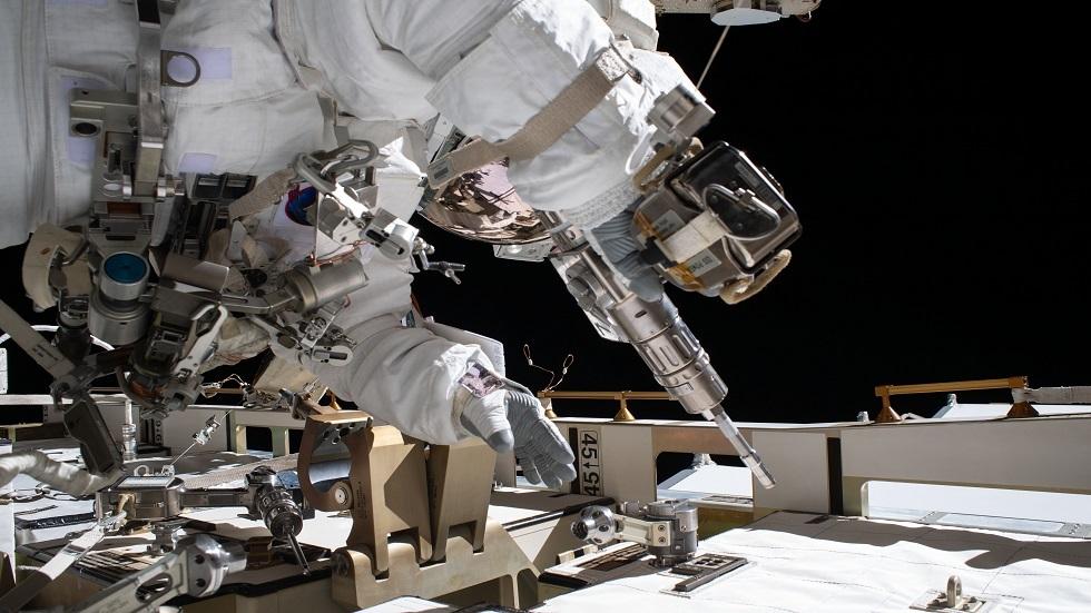رائدا الفضاء الأمريكيان يستبدلان بطاريات الطاقة في الفضاء المفتوح