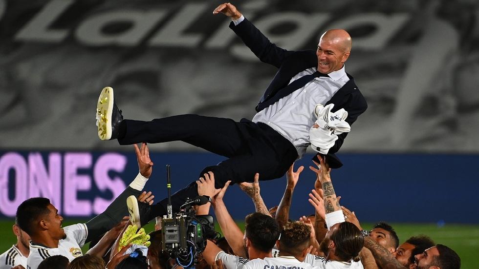 شاهد.. لاعبو ريال مدريد يحتفون بمدربهم زيدان بطريقة خاصة بعد نيلهم لقب