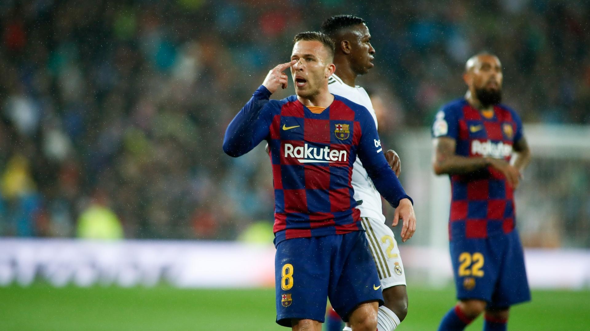 في ليلة سقوط فريقه.. نجم برشلونة يثير الجدل بلقطة على مدرجات