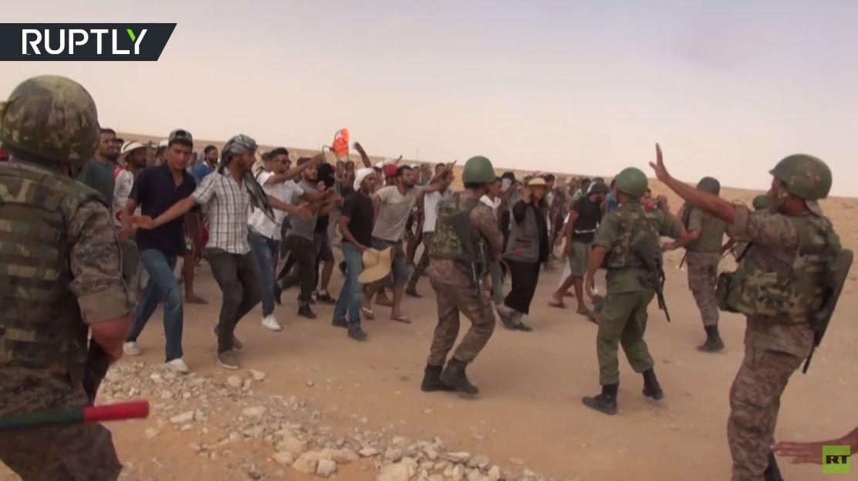 محتجون يغلقون محطة لضخ النفط في صحراء تطاوين جنوب تونس