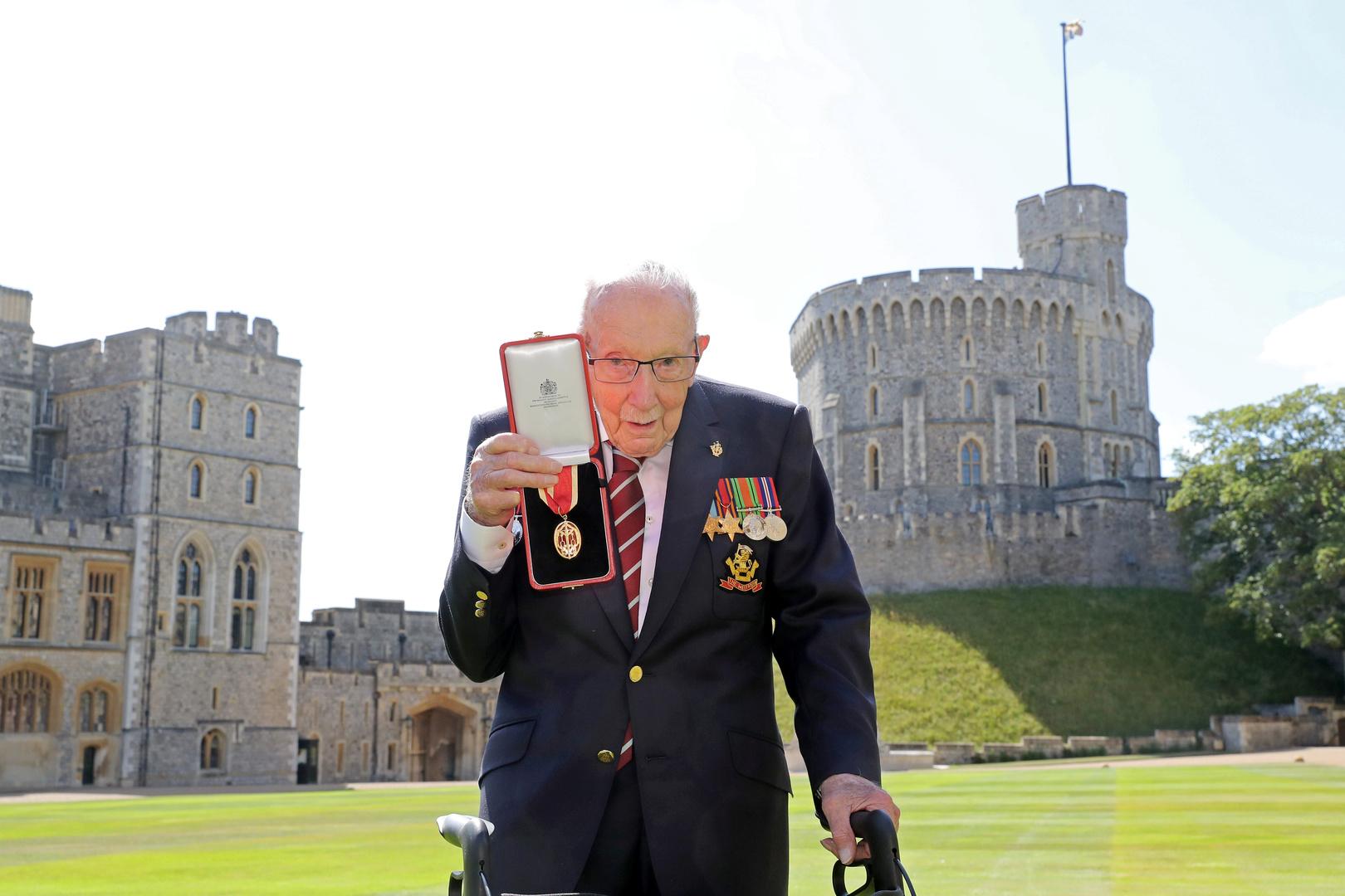 ملكة بريطانيا تمنح جامع تبرعات عمره 100 عام لقب السير (فيديو)