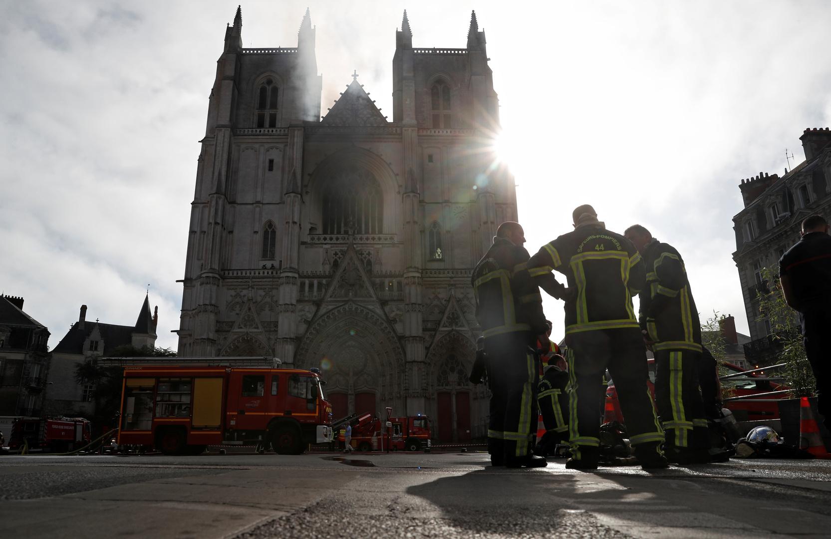 بالفيديو.. حريق داخل إحدى أكبر كنائس فرنسا والسلطات تشتبه بعمل إجرامي