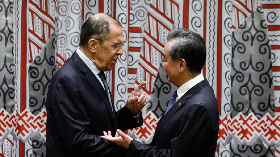 في حديثه مع لافروف.. وزير الخارجية الصيني يصف تصرفات واشنطن بالبلطجة