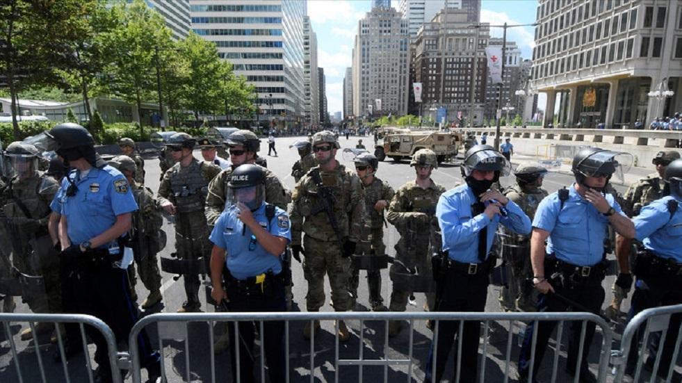 الشرطة تلاحق منفذي هجوم على حشد في واشنطن