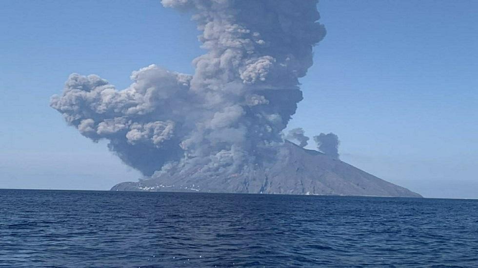 بركان جزيرة سترومبولي الإيطالية ينشط من جديد