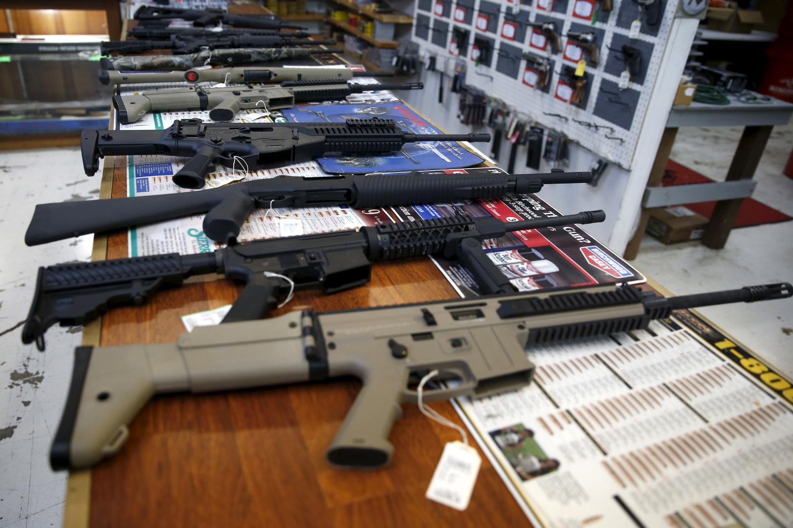 الأمريكيون يكنسون رفوف متاجر الأسلحة