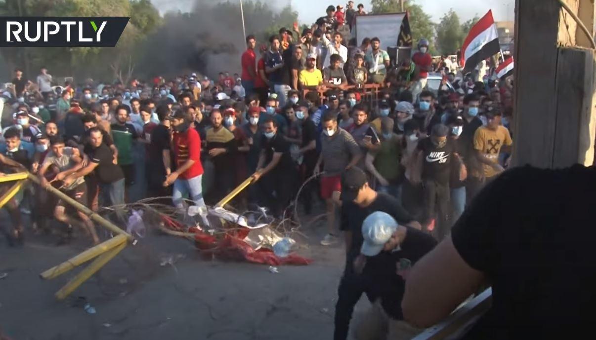 اشتباكات بين المحتجين والشرطة خلال تظاهرة مناهضة للحكومة في الحلة العراقية