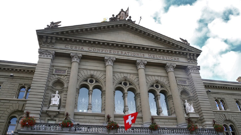 محتج يشعل النار في نفسه أمام البرلمان السويسري