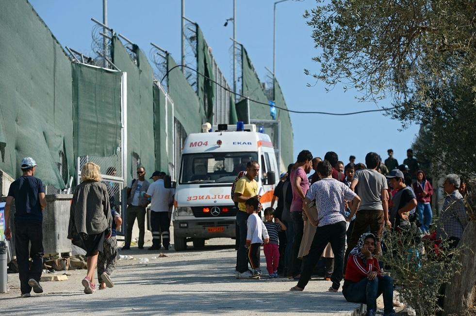 سيارة تصدم حشدا من المتظاهرين في جزيرة يونانية