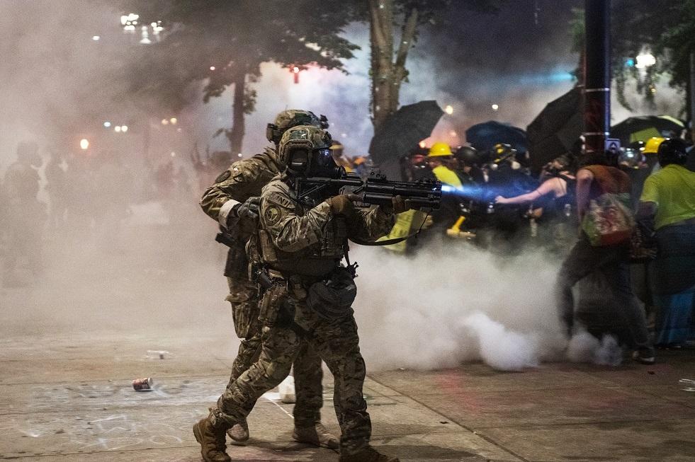الشرطة الأمريكية تعتدي على صحفيين روس بعنف وتحطم الكاميرا والهواتف