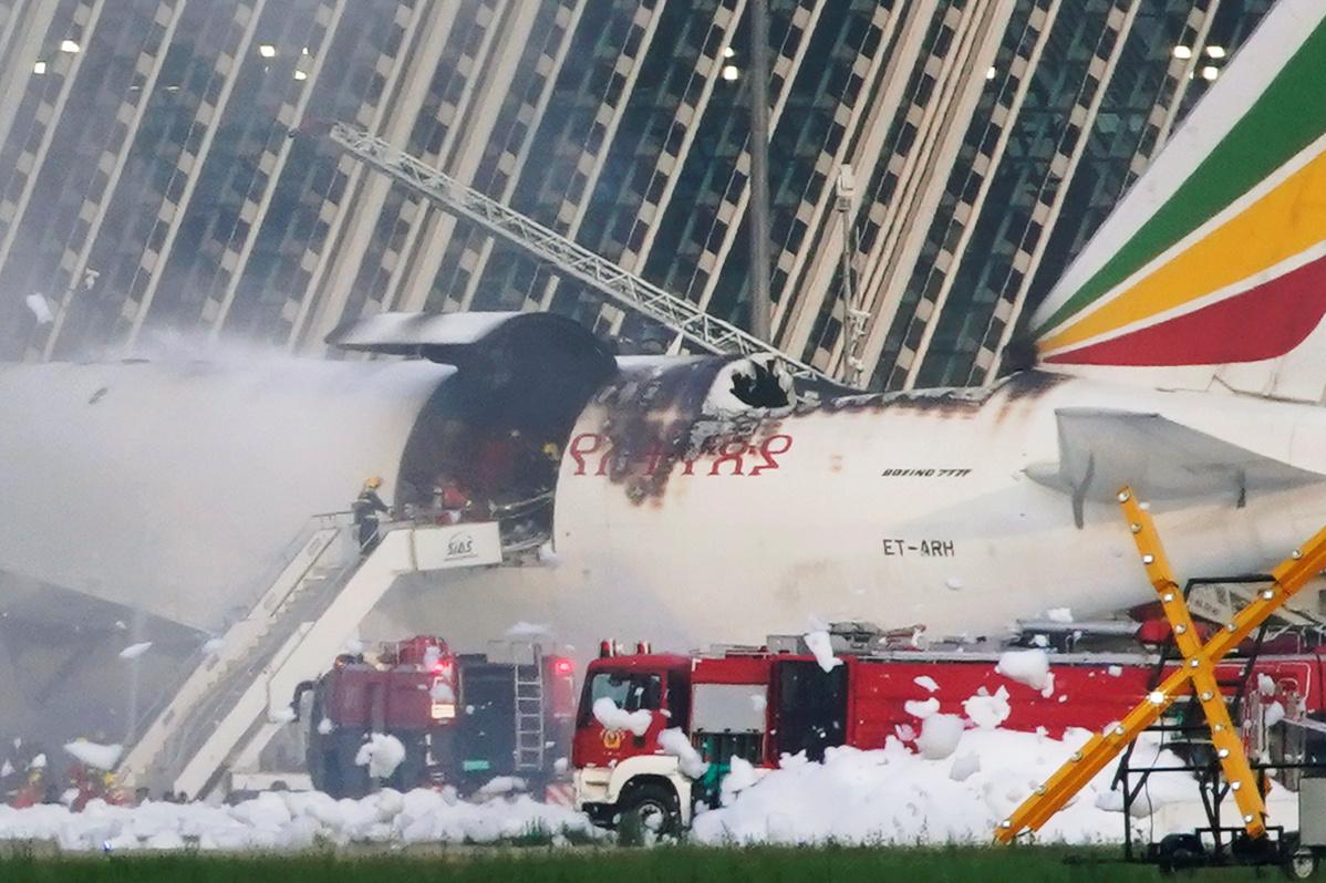 اندلاع النيران بطائرة شحن للخطوط الإثيوبية بمطار شنغهاي (فيديو)
