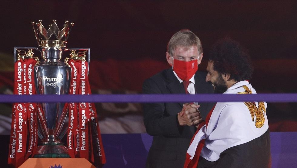 شاهد.. تتويج صلاح مع زملائه بالميداليات الذهبية وكأس الدوري الممتاز