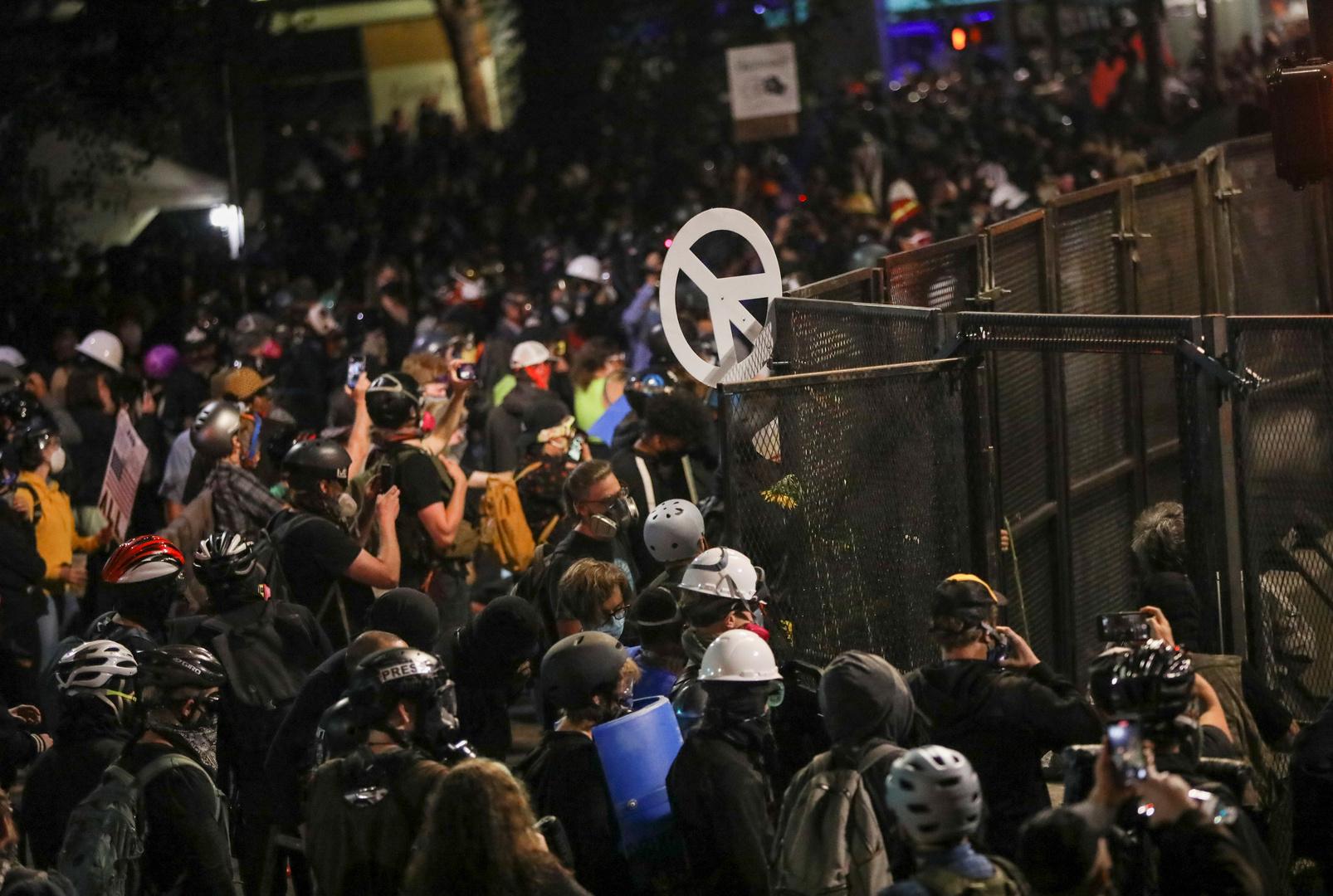 شاهد.. عمدة بورتلاند الأمريكية بين المتظاهرين لحظة استخدام الغاز المسيل للدموع ضدهم