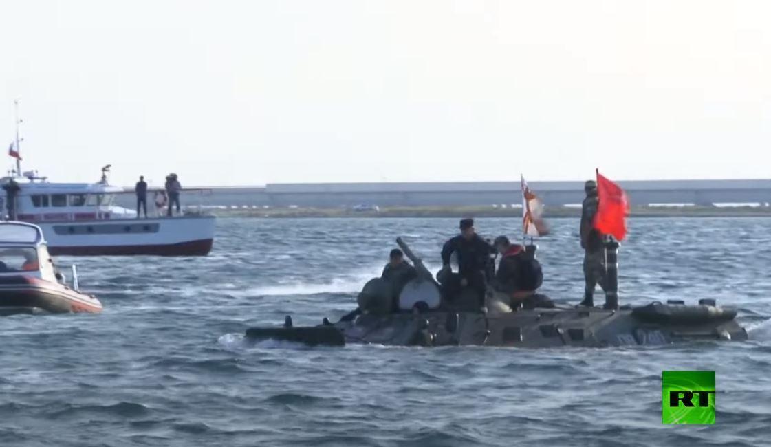 غرق مركبة مدرعة برمائية أثناء عبورها مضيق كيرتش